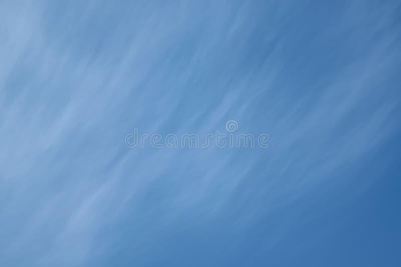 Na claro nuvens de cirro do céu azul sob a forma das tiras sobre diagonalmente fotos de stock