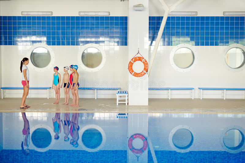 Na classe da piscina imagem de stock royalty free