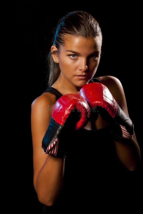 Na czarny tle młody Żeński bokser zdjęcia stock