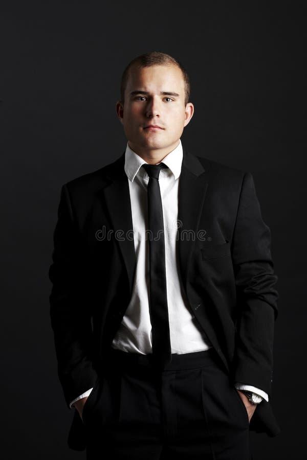 Na czerń młody biznesowy mężczyzna zdjęcie stock