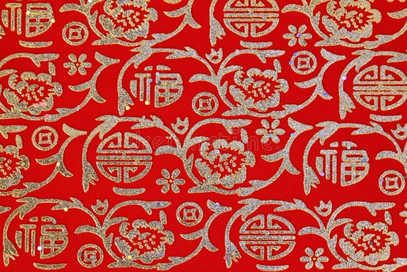 Na czerwonej tkaninie chiński błyszczący ornament zdjęcie stock