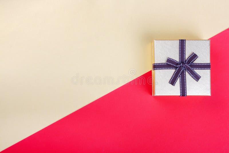 Na czerwonym tle prezenta z?oty pude?ko Odg?rnego widoku mieszkania grupy nieatutowi przedmioty obraz royalty free