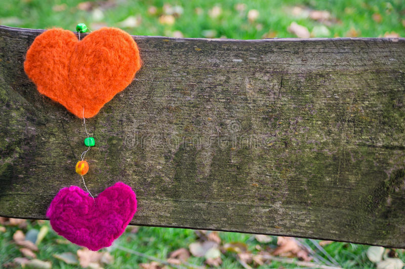 Na desce dwa serca. zdjęcie stock