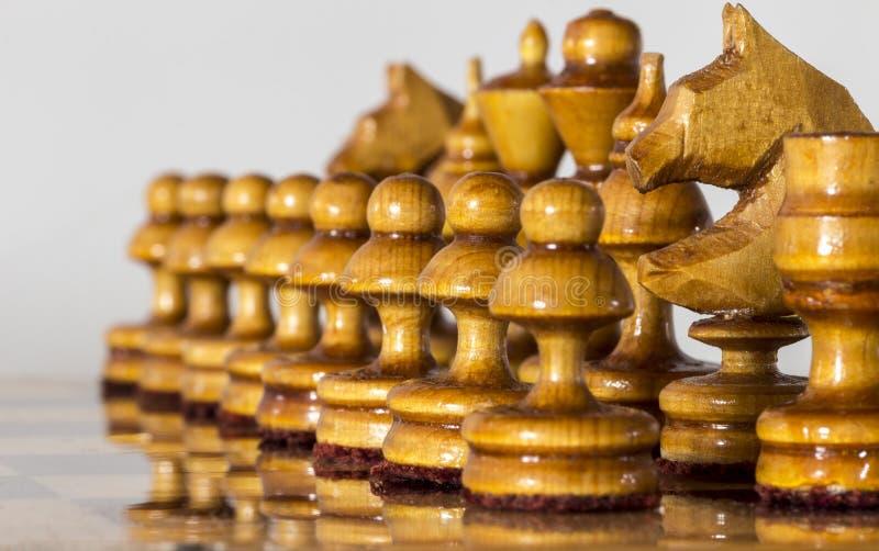 Na desce szachowi kawa?ki fotografia royalty free