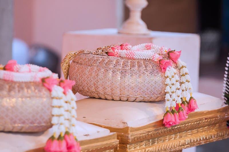 Na dniu ślubu przygotowywać girlandę korzystnie dla pary zdjęcie stock