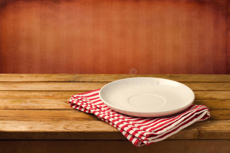 Na drewnianym stole biel pusty talerz obraz stock