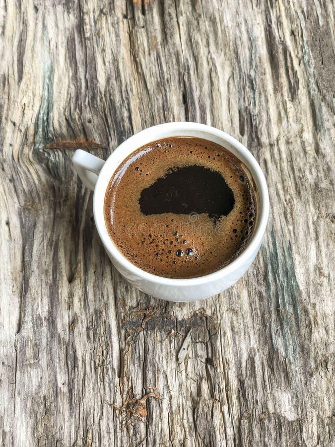 Na drewnianym stole fili?anka kawy obraz stock