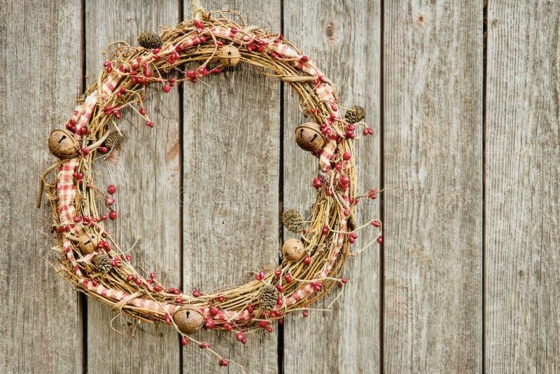 Na drewnianym tle Boże Narodzenie wianek obrazy stock