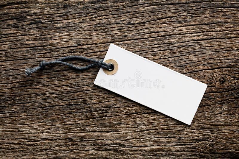 Na drewnianym tle metki pusta etykietka zdjęcie royalty free
