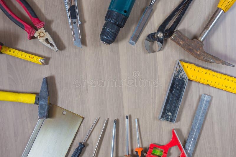 Na drewnianym tle różni narzędzia Młot, świder, cążki Śrubokręt, władca, tnący cążki zdjęcia royalty free