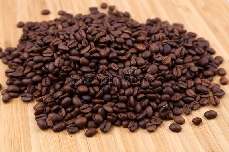 Na drewnie kawowe Fasole zdjęcie stock