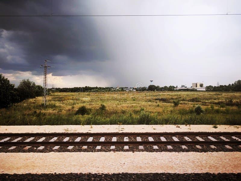 Na een klein onweer dichtbij de stad van Boedapest stock afbeeldingen