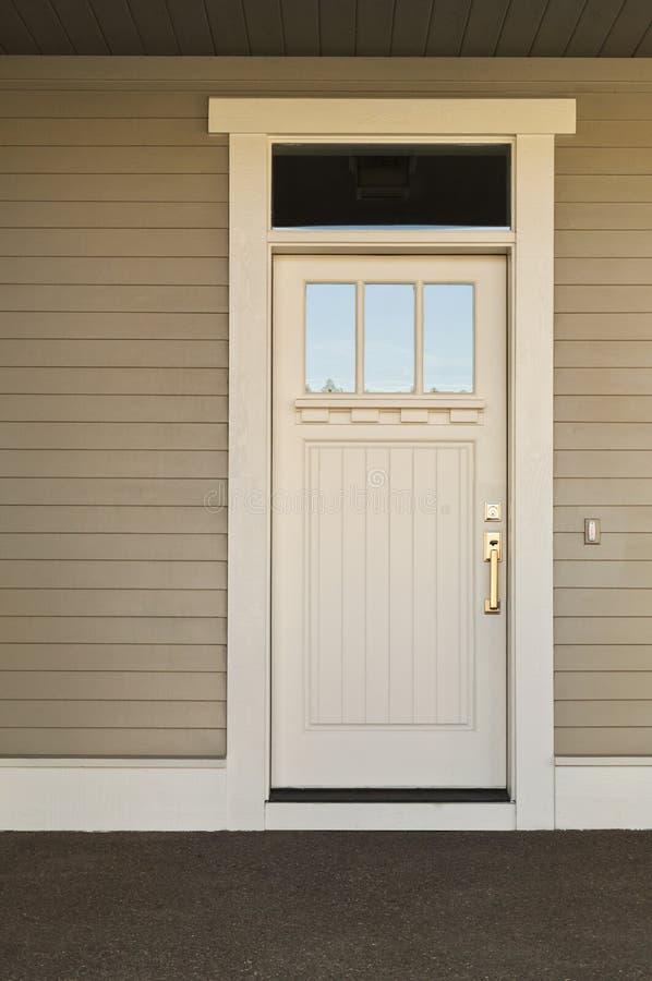 Na ekskluzywnym domu biały dzwi wejściowe. zdjęcie stock