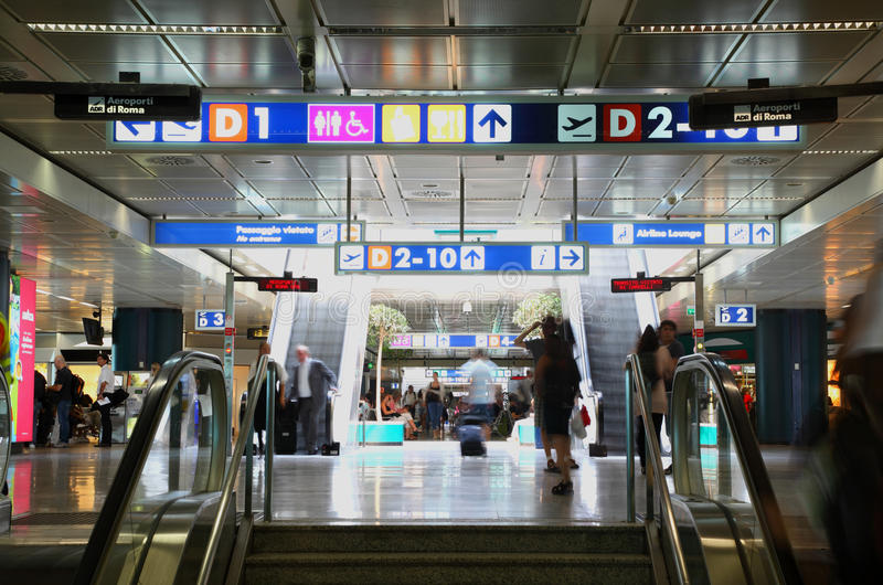 Na escada rolante dentro do aeroporto de Leonardo Da Vinci fotografia de stock royalty free