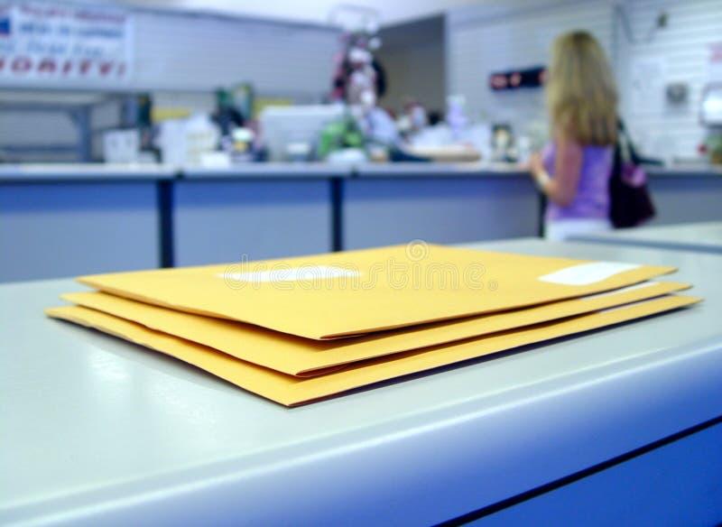 Na estação de correios fotos de stock