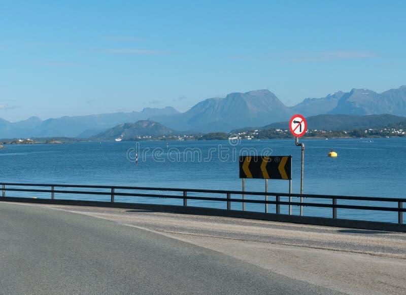 Na estrada em Noruega, perto de Alesund imagem de stock royalty free