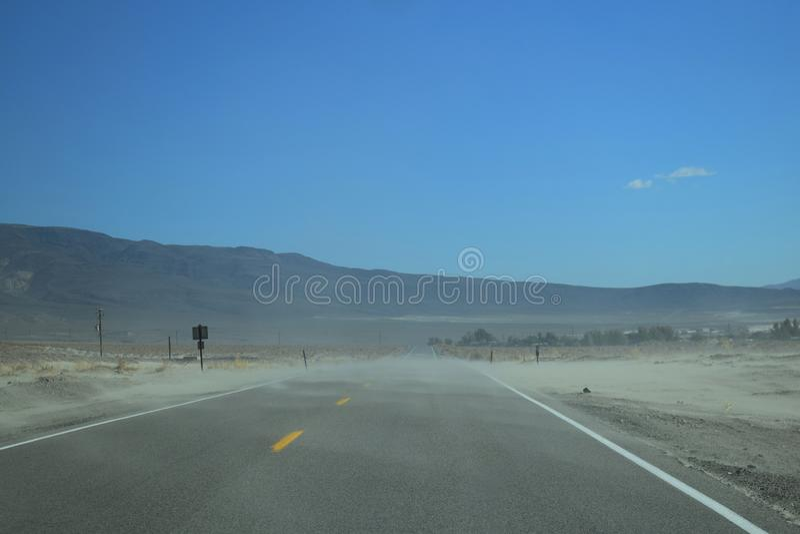 Na estrada no deserto ocidental selvagem fotografia de stock royalty free