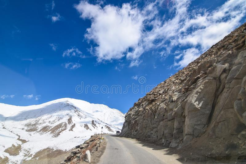 Na estrada na paisagem de Leh Ladakh Passagem do La de Khardung Estrada no sno fotografia de stock royalty free