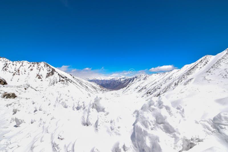 Na estrada na paisagem de Leh Ladakh Passagem do La de Khardung Estrada no sno fotografia de stock