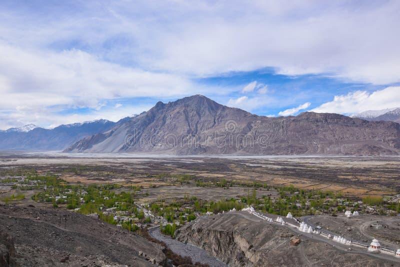 Na estrada na paisagem de Leh Ladakh Passagem do La de Khardung Estrada no sno imagem de stock royalty free