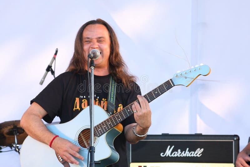 Na fase aberta do festival são os músicos em um grupo de rock, Darida foto de stock