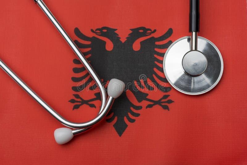 Na fladze Albania jest stetoskop zdjęcia stock