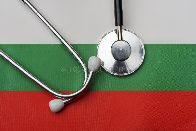 Na fladze Bułgaria jest stetoskop fotografia royalty free