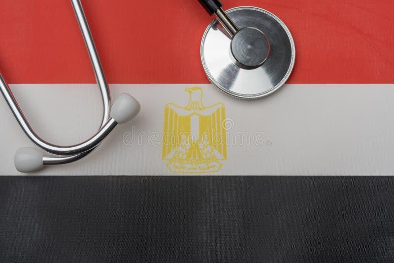 Na fladze Egipt jest stetoskop fotografia royalty free