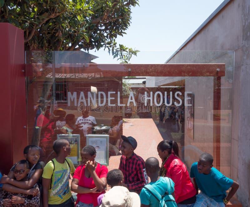 Na frente da casa de Mandela imagem de stock
