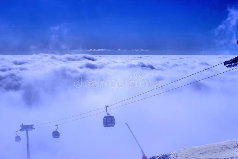 Na górze горы над облаками стоковые изображения