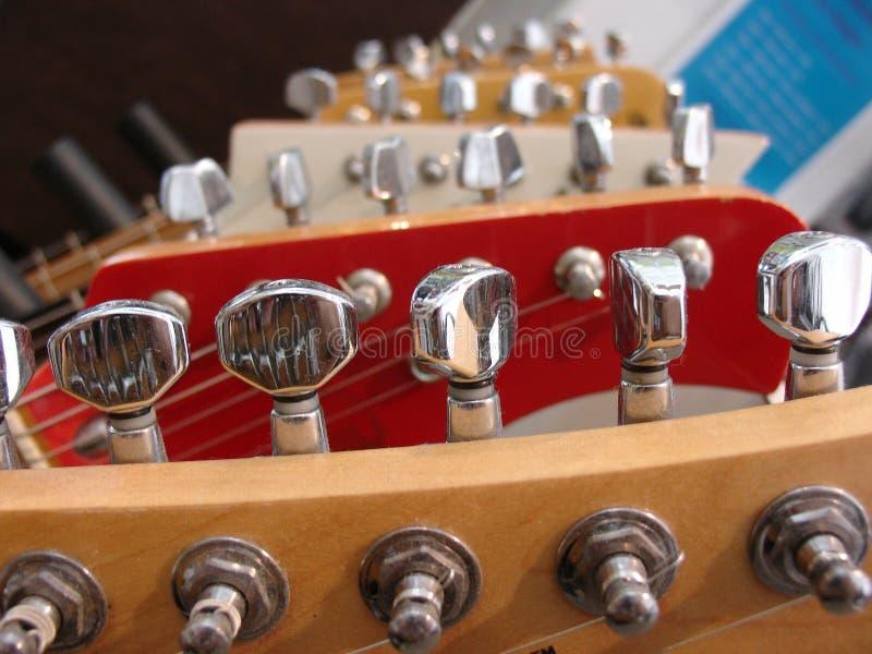 Download Na gitarze zdjęcie stock. Obraz złożonej z gitara, chrom - 129604