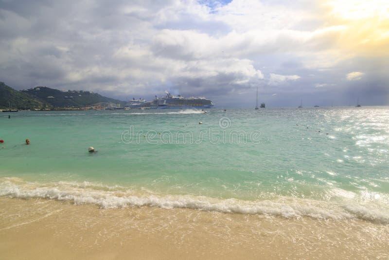 Na grande praia da baía em Philipsburg, St Maarten - 1º de dezembro de 2016 imagens de stock