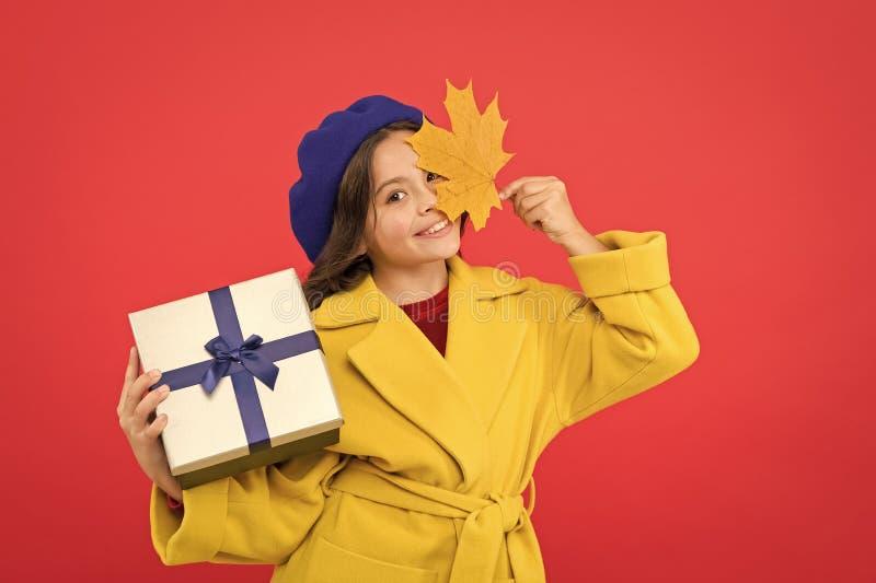 Na het Winkelen Weinig shopaholic met verpakt pak Klein meisje die voor heden winkelen Klein kind met giftdoos Meisje royalty-vrije stock afbeeldingen