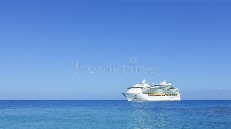 Na horyzoncie statek wycieczkowy liniowiec obraz stock