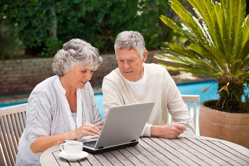 Na ich laptopie pary przechodzić na emeryturę działanie zdjęcie royalty free