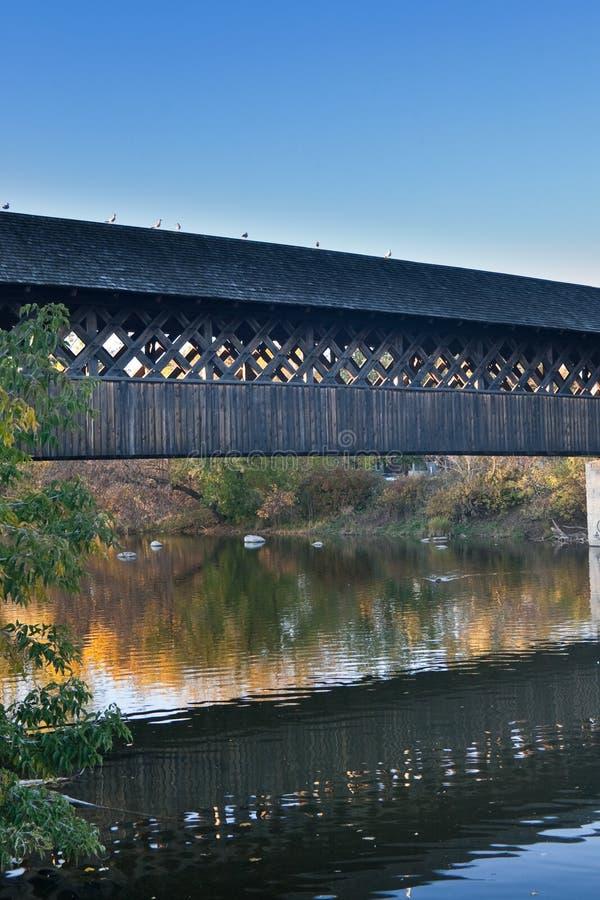 Na jesień popołudniu odprowadzenie drewniany most obraz stock