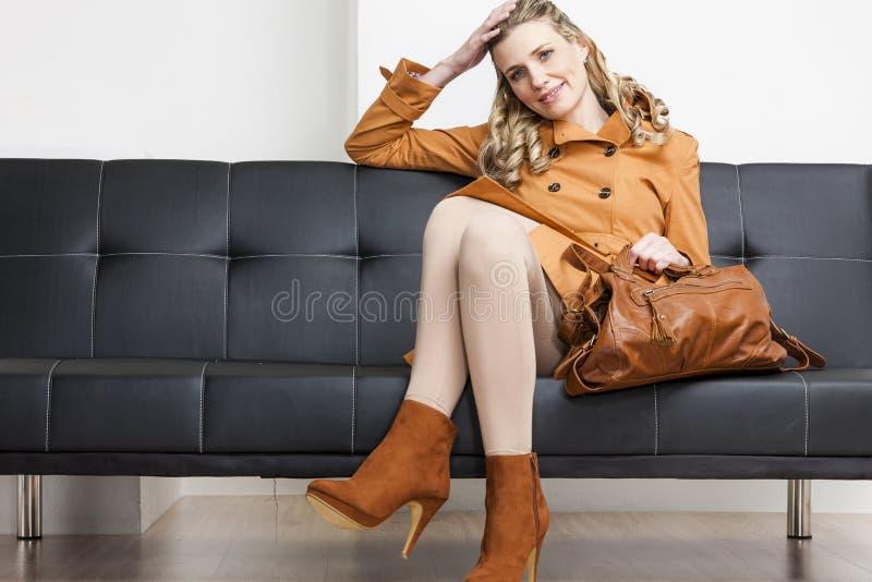 Download Na Kanapie Kobiety Obsiadanie Zdjęcie Stock - Obraz: 27010498
