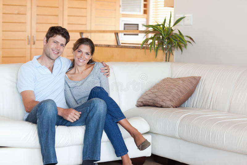 Na kanapie pary obsiadanie zdjęcia royalty free