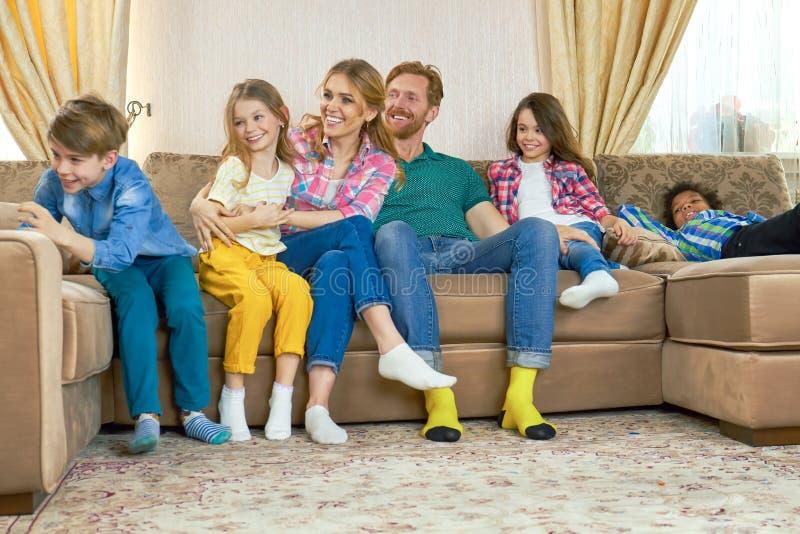 Na kanapie szczęśliwa rodzina obraz stock