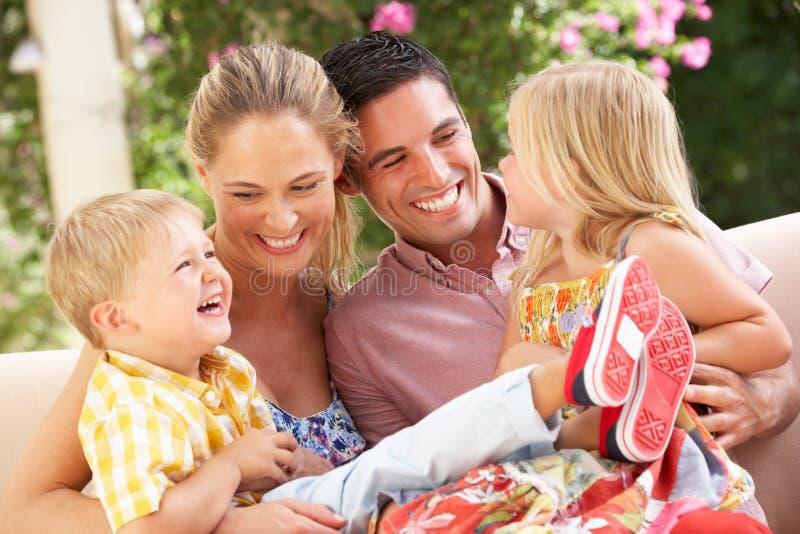 Na Kanapie Wpólnie rodzinny Obsiadanie zdjęcie stock