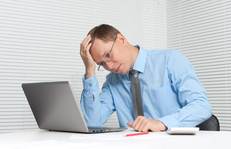 Na komputerze mężczyzna biznesowy działanie obrazy royalty free