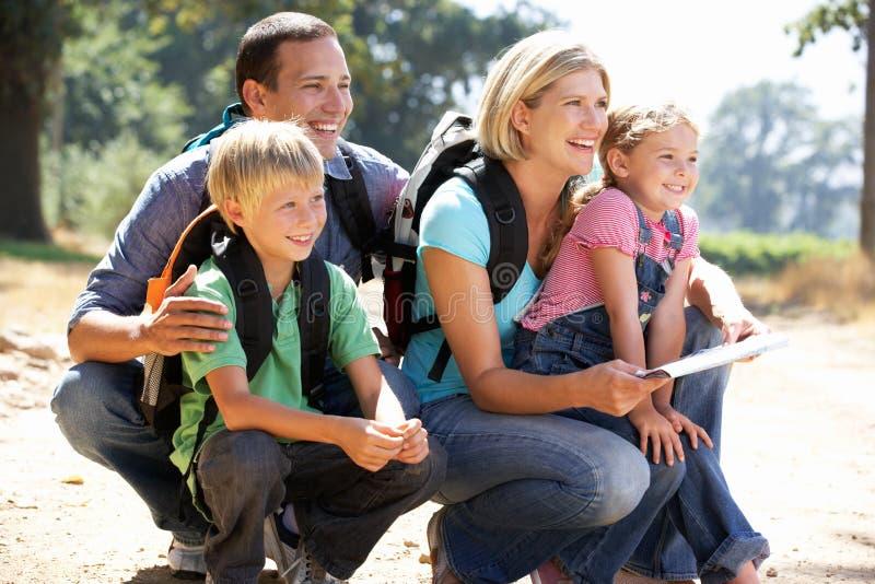 Na kraju spacerze młoda rodzina zdjęcie stock