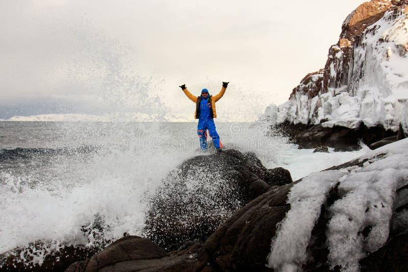 Na krawędzi ziemi, północ Rosja, Arktyczny ocean brzeg Kontrast natura i mężczyzna Piękny śnieżny widok denny brzeg z zdjęcie stock