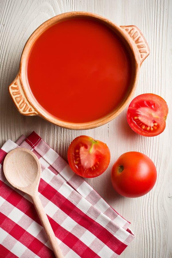 Na kuchennym stole pomidorowa polewka obraz stock