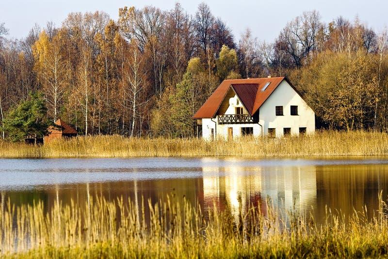 na ląd mieścą jezioro pierwszy plany zdjęcie royalty free