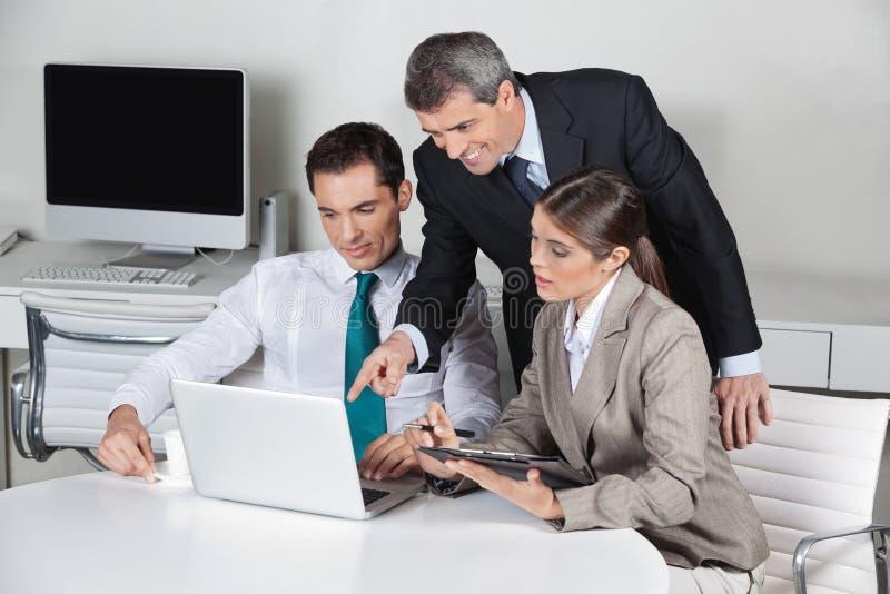 Na laptopie drużynowy biznesu działanie fotografia royalty free