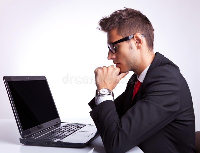 Na laptopie mężczyzna biznesowy działanie obrazy stock