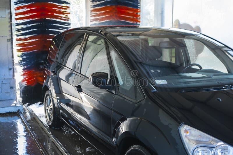Na lavagem de carros automática foto de stock