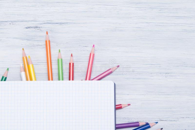na lekkim tle stół, tam jest w kratkę papier na barwionych ołówkach obraz stock