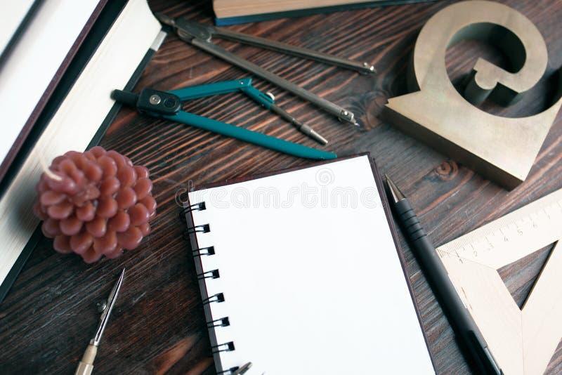 Na lição da geometria: um caderno, compassos, réguas, livros de texto fotos de stock royalty free